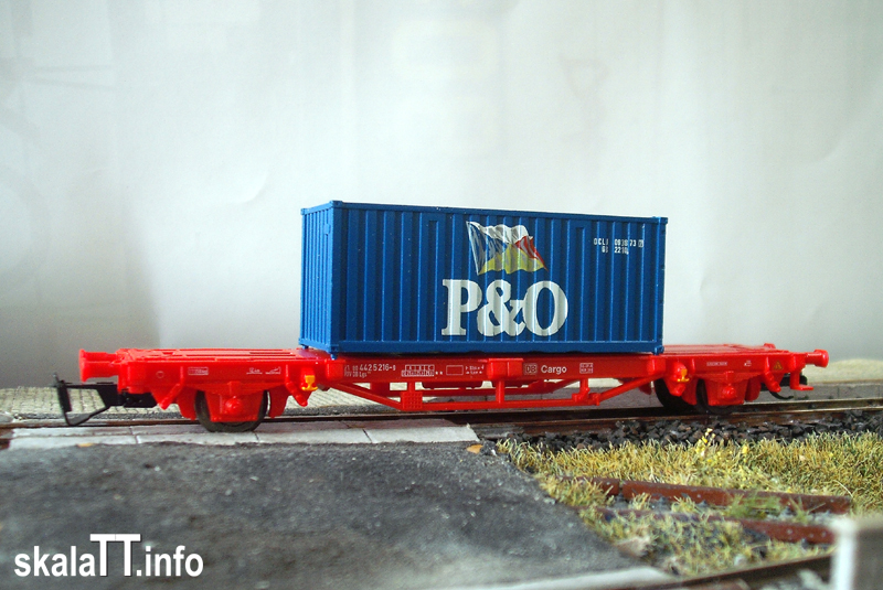 PIKO. Model platformy Lgs579 z konterem 20' wyprodukowanym przez ROCO.