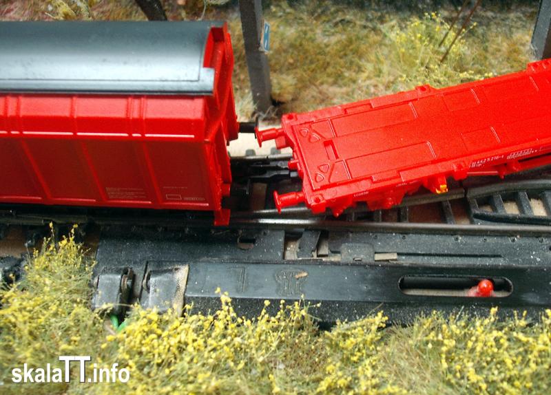 Platforma PIKO Lgs579 i model wagonu z odsuwanymi ścianami Hbbins 306 (ROCO art. 37551) podczas przejżdżania przez rozjazd prosty Zeuke/BTTB.