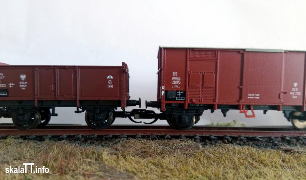 """Hädl Manufaktur/EKA-model z zestawu wagonów krytych pochodzenia włoskiego ep. IIIb nr kat. 553180 - wagon PKP Kdn148 722. i model węglarki z rodzimy """"Schwerin"""" PMT - nr, kat. 65146 - PKP Wd 380041."""