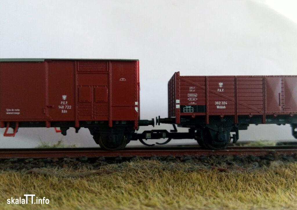 """Hädl Manufaktur/EKA-model z zestawu wagonów krytych pochodzenia włoskiego ep. IIIb nr kat. 553180 - wagon PKP Kdn148 722. i model węglarki z rodzimy """"Breslau"""" Tillig - nr, kat. 500956 - PKP Wddoh 362 324."""