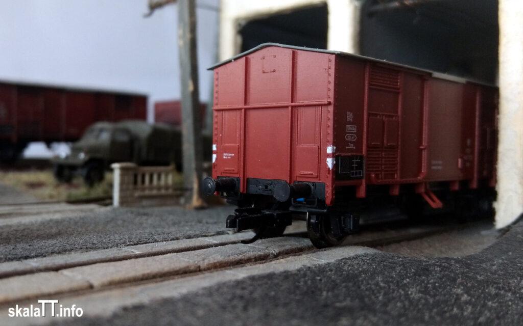 Hädl Manufaktur/EKA-model zestaw wagonów krytych pochodzenia włoskiego ep. IIIb nr kat. 553180 - widok ścianę czołową wagonu PKP Kdn148 722.